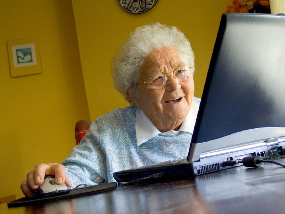 Картинка бабушка за компьютером